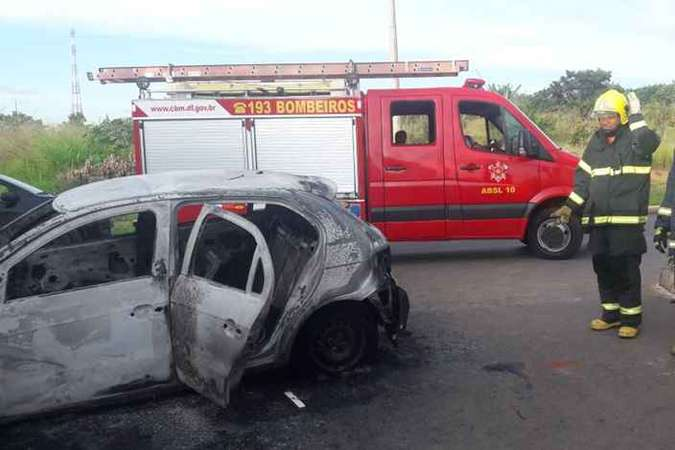 O suspeito tentou fugir dos policiais, mas perdeu o controle da direção e colidiu contra um muro (foto: Divulgação / CBMDF)