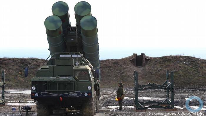 Um exemplar dos sistemas de mísseis de defesa terra-ar S-400 da Rússia comprados pela Turquia